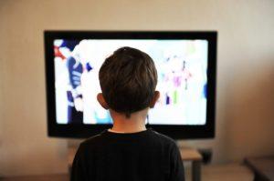 テレビをみる子供