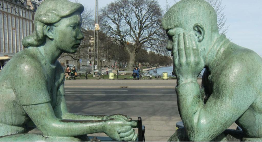 対峙する石像